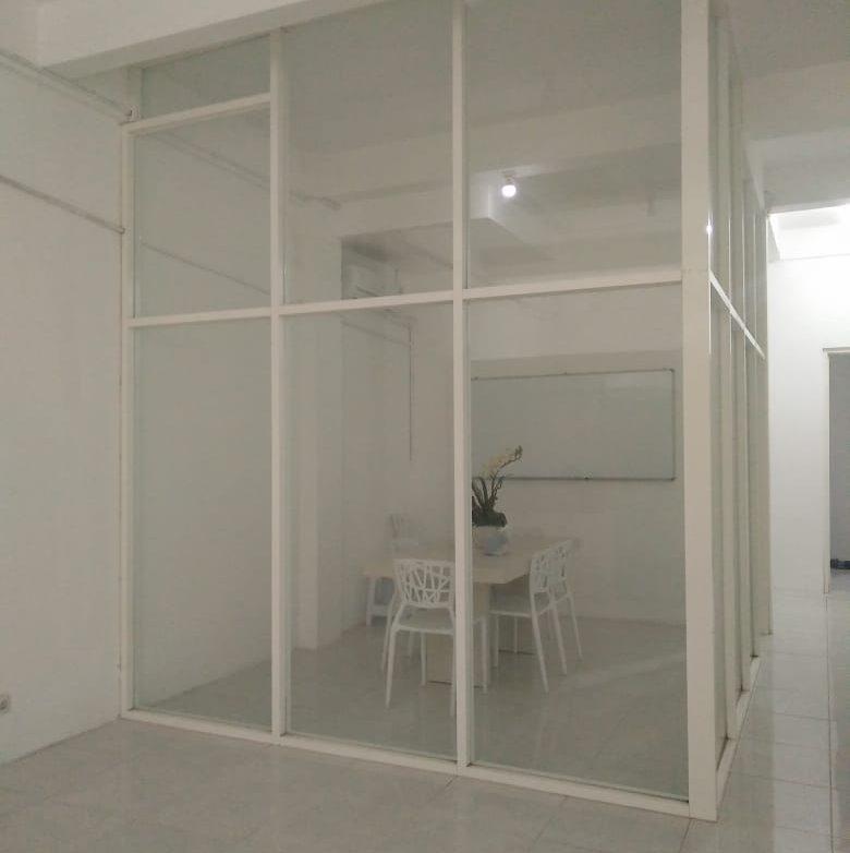 renovasi bangunan murah berkualitas surabaya pemasangan kusen aluminium sion konstruksi bangunan